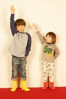 手を挙げる兄妹 02336001362| 写真素材・ストックフォト・画像・イラスト素材|アマナイメージズ