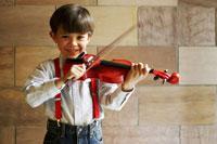 バイオリンを弾く男の子