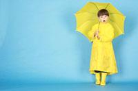 黄色のレインコートを着た男の子