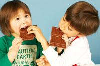 チョコレートを食べる兄妹