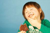 チョコレートを食べる女の子 02336001443| 写真素材・ストックフォト・画像・イラスト素材|アマナイメージズ