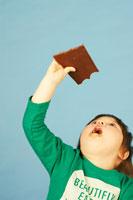 板チョコをかじる女の子