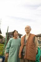 家庭菜園にいる老夫婦 02336001469| 写真素材・ストックフォト・画像・イラスト素材|アマナイメージズ