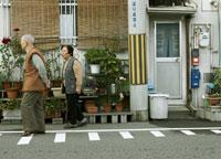 散歩する老夫婦 02336001496| 写真素材・ストックフォト・画像・イラスト素材|アマナイメージズ