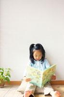 絵本を読む女の子 02336001509| 写真素材・ストックフォト・画像・イラスト素材|アマナイメージズ