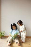 絵本を読む姉妹 02336001511| 写真素材・ストックフォト・画像・イラスト素材|アマナイメージズ