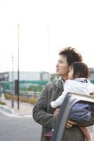 車の脇に立つ女の子と父親