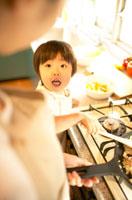 母親の料理を手伝う女の子