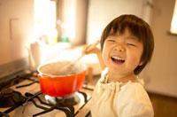 鍋をかき混ぜる女の子 02336001552| 写真素材・ストックフォト・画像・イラスト素材|アマナイメージズ