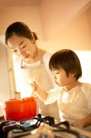 鍋をかき混ぜる女の子と母親 02336001553| 写真素材・ストックフォト・画像・イラスト素材|アマナイメージズ