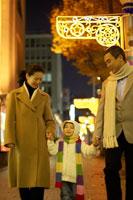クリスマスに街を歩く家族
