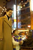 クリスマスに街を歩く親子