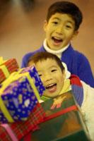 プレゼントを持つ兄弟