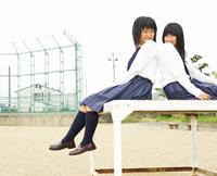 校庭の台に座る女子高生