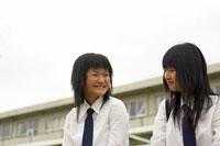 校庭にいる女子高生