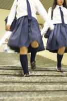 階段を下りる女子高生