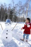雪山で遊ぶ女の子と雪ダルマ 02336001747| 写真素材・ストックフォト・画像・イラスト素材|アマナイメージズ