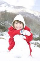 雪山で遊ぶ女の子