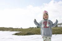 雪山で遊ぶ女の子 02336001803| 写真素材・ストックフォト・画像・イラスト素材|アマナイメージズ