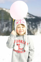 雪山で風船を持っている女の子