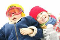 雪山で遊ぶ兄妹