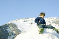 雪山にいる男の子
