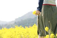 菜の花畑にいる女性 02336001830| 写真素材・ストックフォト・画像・イラスト素材|アマナイメージズ