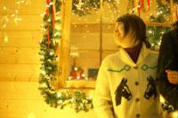 腕を組む女性とクリスマスデコレーション