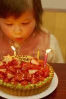 女の子とバースデーケーキ