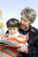 本を見るお父さんと男の子