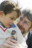 父に抱かれる男の子