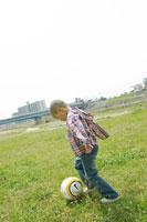 ボールを蹴る男の子