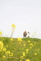 散歩するおじいちゃんと女の子