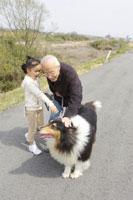 愛犬とおじいちゃんと女の子