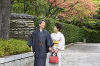 石畳を歩く着物姿のシニア夫妻 02336002095| 写真素材・ストックフォト・画像・イラスト素材|アマナイメージズ