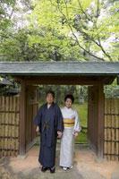 日本庭園を歩く着物姿のシニア夫妻 02336002103| 写真素材・ストックフォト・画像・イラスト素材|アマナイメージズ