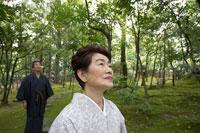 日本庭園を歩く着物姿のシニア夫妻 02336002104A| 写真素材・ストックフォト・画像・イラスト素材|アマナイメージズ