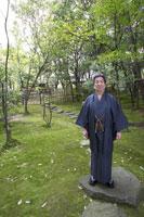 日本庭園に立つ着物姿のシニア男性 02336002105| 写真素材・ストックフォト・画像・イラスト素材|アマナイメージズ