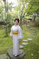 日本庭園に立つ着物姿のシニア女性 02336002107| 写真素材・ストックフォト・画像・イラスト素材|アマナイメージズ