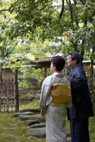 日本庭園を歩く着物姿のシニア夫妻 02336002110B| 写真素材・ストックフォト・画像・イラスト素材|アマナイメージズ