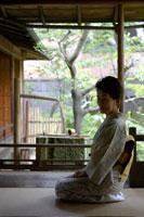 回廊に座る着物姿のシニア女性 02336002114| 写真素材・ストックフォト・画像・イラスト素材|アマナイメージズ