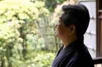 庭を見つめる着物姿のシニア男性 02336002119| 写真素材・ストックフォト・画像・イラスト素材|アマナイメージズ