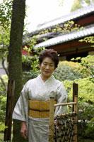 日本庭園に立つシニア女性 02336002125| 写真素材・ストックフォト・画像・イラスト素材|アマナイメージズ