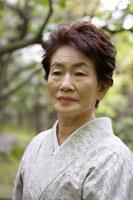 日本庭園に立つシニア女性 02336002126| 写真素材・ストックフォト・画像・イラスト素材|アマナイメージズ