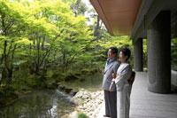 日本庭園を眺めるシニア夫婦 02336002128| 写真素材・ストックフォト・画像・イラスト素材|アマナイメージズ