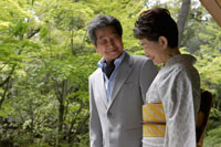 日本庭園を眺めるシニア夫婦 02336002131| 写真素材・ストックフォト・画像・イラスト素材|アマナイメージズ