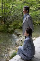 日本庭園を眺めるシニア夫婦 02336002133A| 写真素材・ストックフォト・画像・イラスト素材|アマナイメージズ
