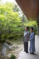 日本庭園を眺めるシニア夫婦 02336002134| 写真素材・ストックフォト・画像・イラスト素材|アマナイメージズ