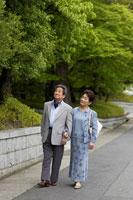 散歩をする日本人シニア夫婦 02336002139| 写真素材・ストックフォト・画像・イラスト素材|アマナイメージズ