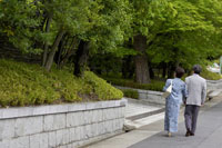 散歩をする日本人シニア夫婦 02336002140| 写真素材・ストックフォト・画像・イラスト素材|アマナイメージズ